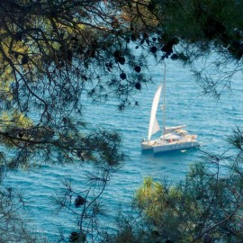 Velero navegando frente a las playas de la Pineda